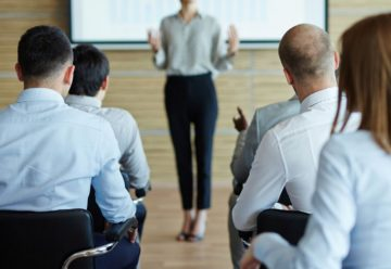 Une femme fait une présentation orale